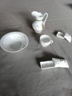 Ancien Nécessaire De Toilette Miniature En Porcelaine Blanche Décorée (5 Pièces : Broc, Cuvellte, Porte-savon, Etc.) - Populaire Kunst