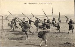 Cp Calvados, Types Pêcheurs En Route Pour La Pêche - France
