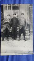 CPA PHOTO DE 3 SOLDATS EN UNIFORME AVANT GUERRE 14 OU GUERRE 14 NON LOCALISEE - Uniformi