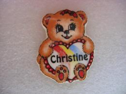 Pin's En Porcelaine D'un Nounours Avec Un Coeur Et Le Prénom CHRISTINE - Unclassified