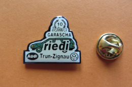 Pin's,voiture,Auto,AUDI VW GARAGE,RIEDI Trun-Zignau,Suisse - Audi