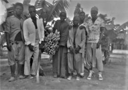 Rare Négatif 6 X 9 Cm Groupe D'hommes Africains Avec Régime De Bananes Région De Dakar - Afrique