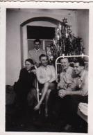 Foto Deutsche Soldaten Bei Weihnachtsfeier Im Lazarett - Weihnachtsbaum - 2. WK - 7,5*5cm (44168) - Oorlog, Militair