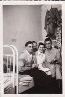 Foto Deutsche Soldaten Mit Krankenschwester Im Lazarett - 2. WK - 7,5*5cm (44169) - War, Military