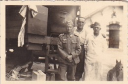 Foto Deutsche Soldaten Vor Bahnwaggon - 2. WK - 8,5*5,5cm (44170) - Krieg, Militär