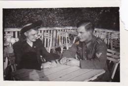 Foto Deutscher Soldat Mit Dame Mit Hut - 2. WK - 8,5*5,5cm (44171) - Krieg, Militär