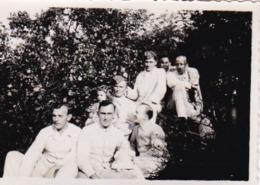 Foto Deutsche Soldaten In Krankenhauskleidung - Lazarett - 2. WK - 8*5,5cm (44173) - Krieg, Militär
