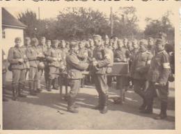 Foto Deutsche Soldaten Bei Ausbildung - Sanitäter - 2. WK - 8*5,5cm (44174) - Krieg, Militär