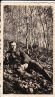 Foto Deutscher Soldat Beim Essen Im Wald -  2. WK - 8,5*5cm (44178) - Krieg, Militär