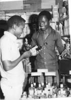 Photo Cameroun. Le Marchandage, Plaisir Africain Du Marchandailler. Photo Vivant Univers 2000 - Afrique