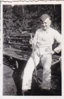 Foto Deutscher Soldat Auf Selbstgebauter Parkbank -  2. WK - 8*5cm (44180) - Krieg, Militär