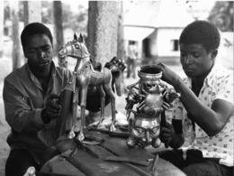 """Photo Cameroun. Foumban. Travail De Bronze """"à La Cire Perdue"""". Photo Vivant Univers 2000 - Afrique"""