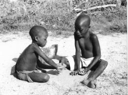 Photo Cameroun. Saré Massa. Fillettes Jouant Aux Osselets Région De La Rvière Logome Photo Vivant Univers 1975 - Afrique