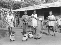 Photo Cameroun .jouets Artisanaux , Petites Automobiles  Photo Vivant Univers 2000 - Afrique
