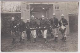 CARTE PHOTO : SAPEURS POMPIERS DANS UNE CASERNE (RONCQ ?) - FANFARE  POMPIER - BATAILLON - LUTTE INCENDIE -z R/V Z- - Sapeurs-Pompiers