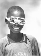 Photo Cameroun  Région Des Monts Mandara. Créateur De Jouets Artisanaux Lunettes Autos  Photo Vivant Univers 2000 - Afrique