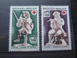 VEND BEAUX TIMBRES DE LA REUNION N° 378 + 379 , X !!! - Réunion (1852-1975)