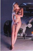 Une Femme Entièrement Nue Assise Sur Le Capot D'une Citroen 2CV  -  15x10 PHOTO - Voitures De Tourisme