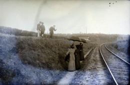 Très Rare Photo Sur Plaque De Verre  10 X 15  Cm Un Jour De Pic-nique Promenade Sur La Voie De Chemin De Fer  1900-1910 - Glasdias
