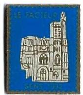 """LA POSTE - LP""""' -  LE FACTEUR - CATHEDRALE DE SENS - Verso : SM - Mail Services"""