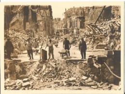 BEAUVAIS  (OISE ) 1940 Photo Werhmacht WW2 , Soldats Déblayant Les Ruines . - 1939-45