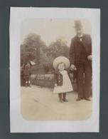 Photo Ancienne Old Real Foto 1904 Papa Donnant La Main à Sa Jolie Pretty Petite Fille Little Girl Avec Un Grand Chapeau - Fotos