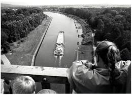 Grand Tirage Photo Original Enfants Regardant Un Péniche En Vue Plongée Passant Sous Un Pont Vers 1980 - Bateaux