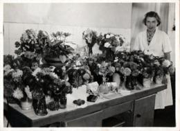 Grand Tirage Photo Original Etrange Chimiste En Botanique Posant Avec Ses Potions Et Créations Vers 1940 - Métiers