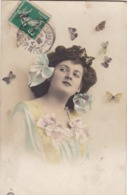 CARTE FANTAISIE .CPA. JEUNE FEMME ET PAPILLONS.  ANNEE 1910 - Femmes