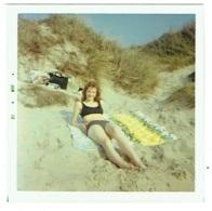 Foto/Photo Carrée. Pin Up En Maillot Dans Les Dunes. 1970. - Pin-Ups