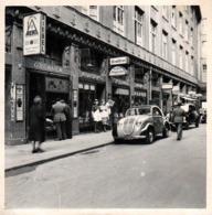 Photo Originale Automobile Adler  Re-carrossée Devant Konditorei, Kaffee Steppuhn & Vendeuses Sur Leipzig 1951 - Automobiles