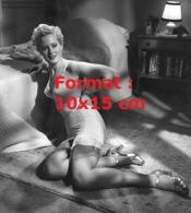 Reproduction Photographie Ancienne D'une Femme En Lingeries Avec Porte-jarretelle Et Bas Nylon Au Pied D'un Lit En 1953 - Reproducciones
