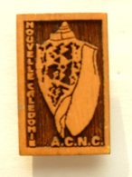 PIN'S  COQUILLAGE - NOUVELLE CALEDONIE - A.C.N.C - BOIS - Animaux