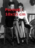Reproduction D'une Photographie Ancienne De Deux Femmes Comparant Leur Bas Nylon En 1944 - Reproducciones