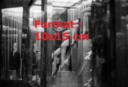 Reproduction D'une Photographie Ancienne D'une Vitrine D'un Magasin Proposant Des Bas Nylon En 1925 - Reproducciones