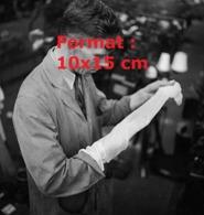 Reproduction D'une Photographie Ancienne D'un Technicien De Fabrication Regardant La Qualité D'un Bas Nylon En 1946 - Reproducciones