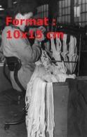 Reproduction D'une Photographie Ancienne D'une Ouvrière Sur Une Machine à Relier Les Bas Nylon Sortis De Production1946 - Reproducciones