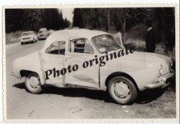 Autos Voitures Automobiles Cars - RENAULT Dauphine Accidentée - Accident - Fiat 1500 - Peugeot 403 - Coches