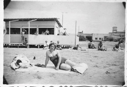 PIN UP WOMAN FEMME Semi Nude Nu In Swimsuit Lying At The Beach - Photo Snapshot 1950' - Automobiles