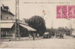 Combault  77   Avenue De La Republique -Tres Tres Animée-Voitures-Passage A Niveau Et Hotel-Café-Restaurant - France