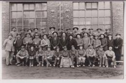 CARTE PHOTO CRENDAL DE BRUAY : GROUPE DE MINEURS EN 1933 - DIRECTEURS ET PORIONS DEVANT LES HAUTS FOURNEAUX - 2 SCANS - - Mines