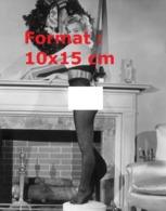 Reproduction D'une Photographie Ancienne De Marilyn Monroe En Collant Nylon Noir Debout Sur Une Tabouret En 1951 - Reproducciones