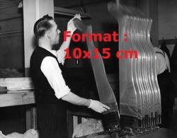 Reproduction D'une Photographie Ancienne D'un Ouvrier Mettant Des Bas Nylon à Sécher Sur Gaines Chauffantes En 1949 - Reproducciones