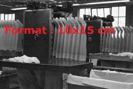 Reproduction D'une Photographie Ancienne Du Façonnage Des Bas De Nylon Sur Des Gabarits En Bois En 1949 - Reproducciones