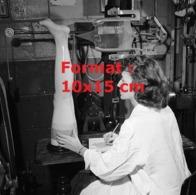 Reproduction D'une Photographie Ancienne D'une Technicienne Testant La Résistance à L'usure Des Bas De Nylon En 1955 - Reproducciones