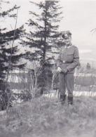 Foto Deutscher Soldat Im Wald - Abzeichen -  2. WK - 5,5*4cm (44181) - Krieg, Militär