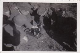 Foto Deutsche Soldaten Bei Ausbildung An Gerät -  2. WK - 8*5,5cm (44182) - Krieg, Militär