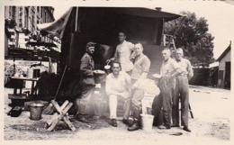 Foto Deutsche Soldaten Mit Feldküche Bei LKW -  2. WK - 11*6cm (44183) - Krieg, Militär