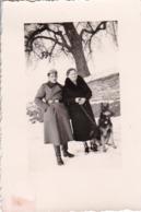 Foto Deutscher Soldat Mit Frau Und Schäferhund Im Winter -  2. WK - 6*4cm (44186) - Krieg, Militär