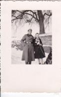 Foto Deutscher Soldat Mit Frau Und Schäferhund Im Winter -  2. WK - 5*4cm (44187) - Krieg, Militär